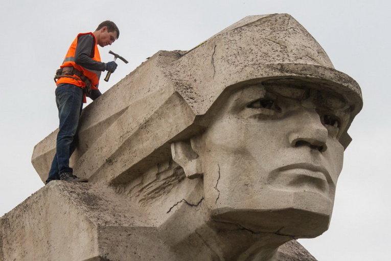 В Запорожье демонтируют 8-тонный памятник комсомольцам
