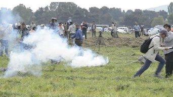 Полиция Македонии кидала гранаты со слезоточивым газом в беженцев в Идомени