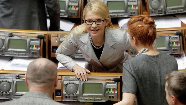 Бывший премьер-министр и лидер Батькивщины Юлии Тимошенко принимает участие в заседании парламента в Киеве