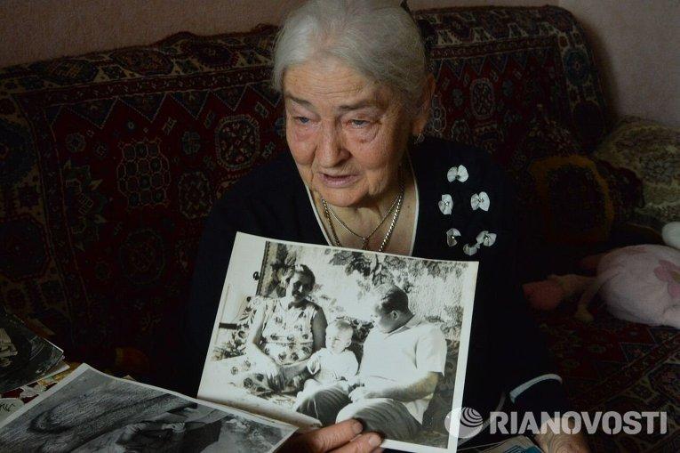 Бузина Валентина Павловна держит в руках семейное фото