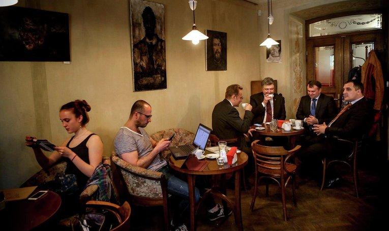 Президент Порошенко в кафе Львова выпил кофе с мэром города Андреем Садовым