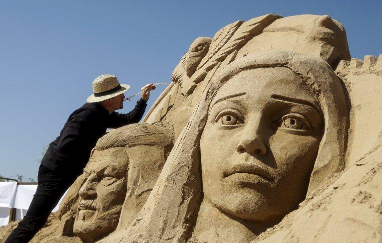 Украинец Андрей Вышинский работает над созданием скульптуры из песка на фестиваль песчаных скульптур Sand Fantasy в г. Алматы, Казахстан.