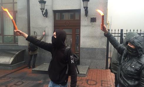 Неизвестные забросали здание представительства Россотрудничества в Киеве дымовыми шашками. Архивное фото