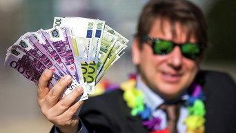 Мужчина с купюрами евро