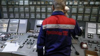 Сотрудник  на Трипольской ТЭС в Киевской области. Архивное фото