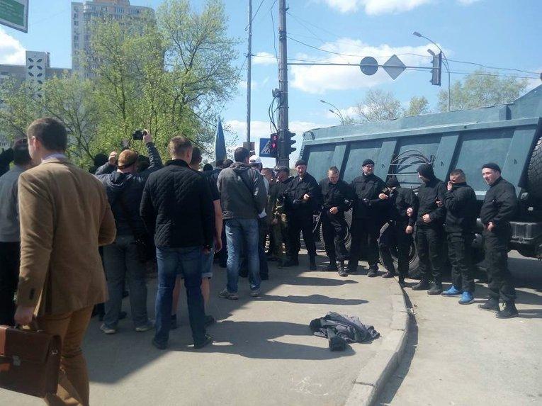 Неизвестные в масках  разгромили палаточный городок на Позняках в Киеве