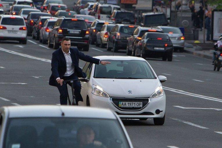 Виталий Кличко на велосипеде едет по Киеву