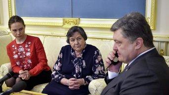 Сестра и мать Надежды Савченко, а также президент Петр Порошенко