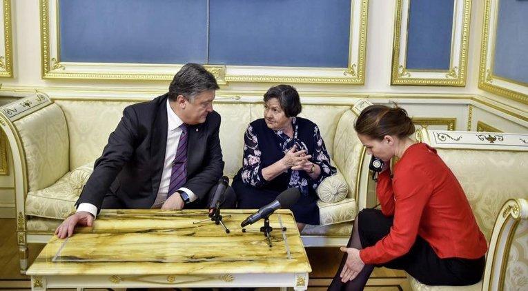 Сестра и мать Надежды Савченко в компании президента Петра Порошенко