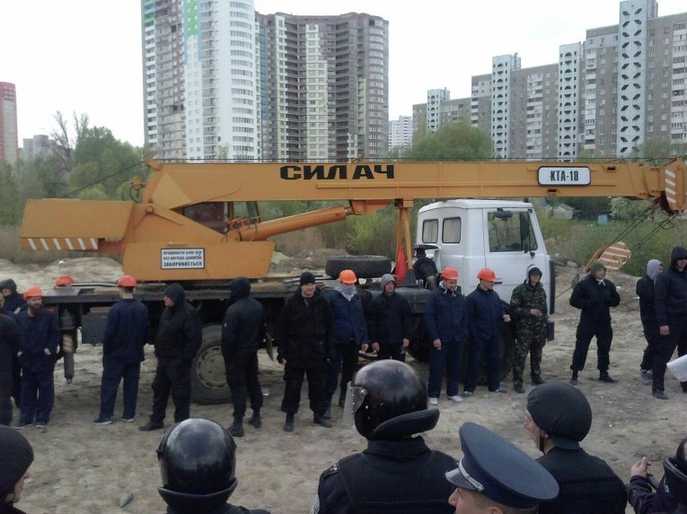 На место застройки по улице Здолбуновской в Киеве завезли строительную технику