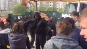 Полиция и титушки прорывают блокаду активистов на застройке в Киеве