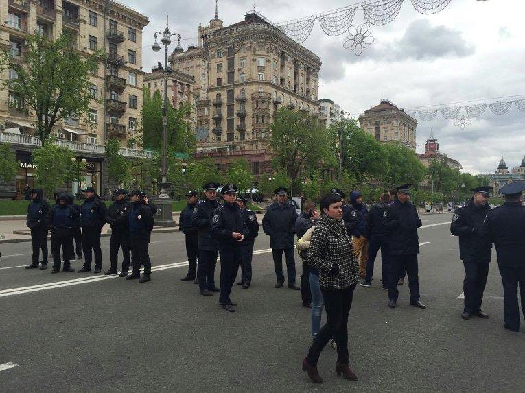 Полиция следит за протестующими, перекрывшими движение на Крещатике
