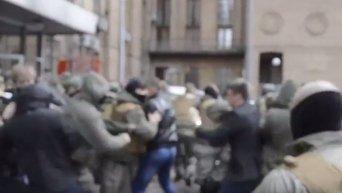 Драка во дворе КГГА с участием Свободы. Видео