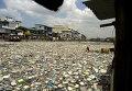 Загрязненная кучами мусора река в Маниле