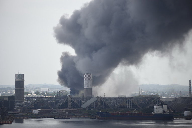 Дым после взрыва в нефтехимическом комплексе мексиканской национальной нефтяной компании Pemex Pajaritos