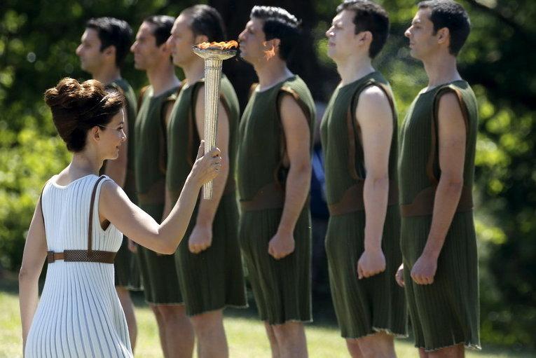 Греческая актриса, играя роль верховной жрицы, несет Олимпийский огонь