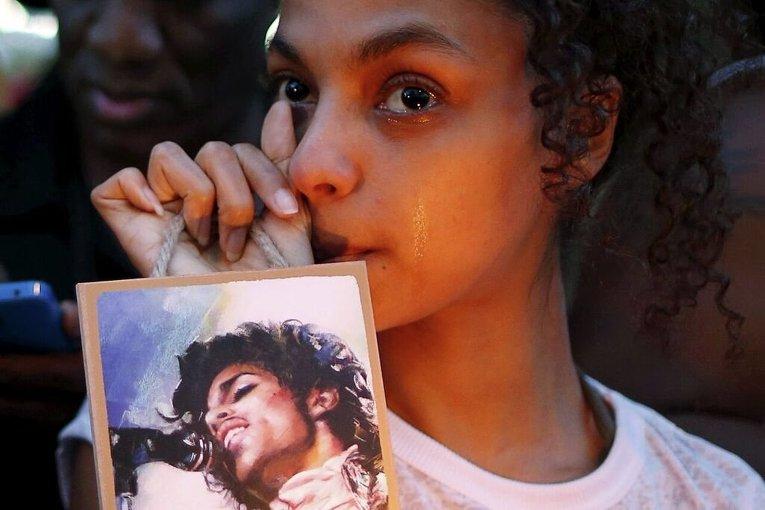Фанаты скорбят в связи со смертью певца Принца