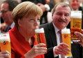 Канцлер Германии Ангела Меркель пьет пиво во время празднования 500-летия Закона о чистоте немецкого пиво (Reinheitsgebot) в Ингольштадте, Германия