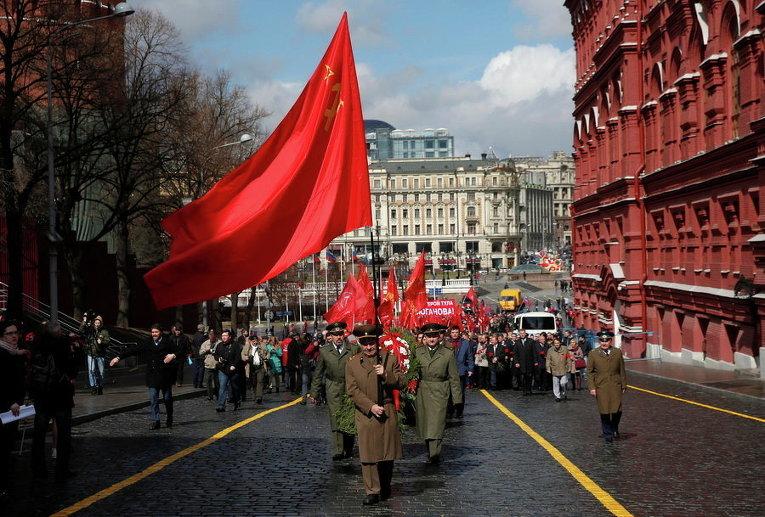 Сторонники Российской Коммунистической партии принимают участие в церемонии возложения цветов к мавзолею Владимира Ленина в честь его дня рождения на Красной площади в Москве