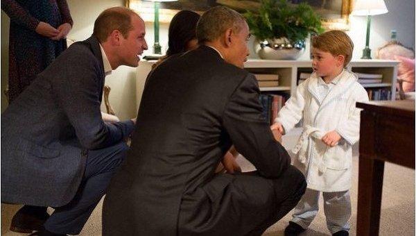 Двухлетний британский принц Джордж встретил Обаму в пижаме и халате