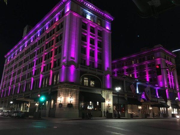 Подсветка зданий фиолетовым цветом в память о Принсе