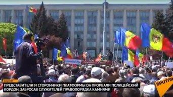 В Кишиневе протестующие забросали полицию камнями