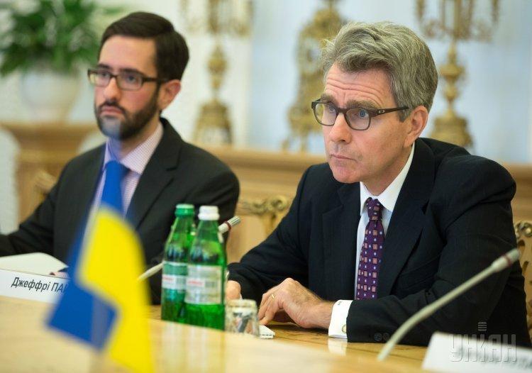 Чрезвычайный и полномочный посол США в Украине Джеффри Пайетт (справа)