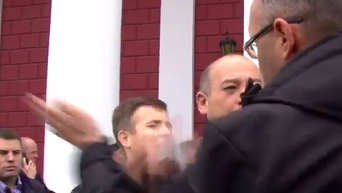 Появилось видео драки советника Труханова и активиста. Видео