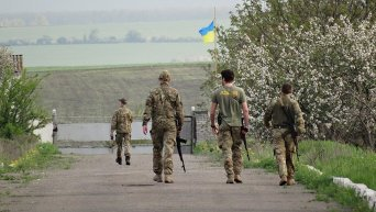 Бойцы полка Азов патрулируют дороги и окрестности вдоль границы, пролегающей между Украиной и Приднестровьем