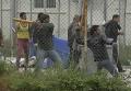 Мигранты на Лесбосе забросали министра бутылками с водой. Видео
