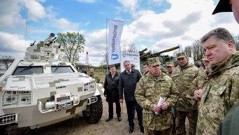 Президент Петр Порошенко во время поездки в военную часть в поселке Дивички. Архтивное фото