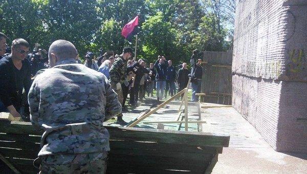 ВКиеве правые активисты начали сносить монумент чекистам