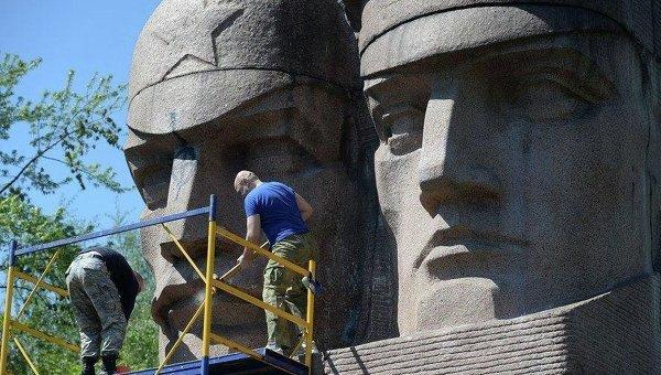 Снос монумента чекистам на Лыбидской площади в Киеве