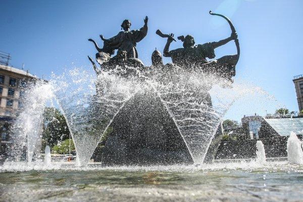 В Киеве включили фонтаны
