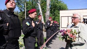 Люди с цветами возле Куликова поля в Одессе и силовики