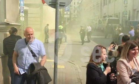 Нападение на посольство Украины Москве. Видео