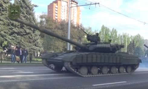 Колонна военной техники прошла по центру Донецка. Видео