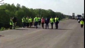 Владимир Гройсман во время инспекции строительства трассы. Видео