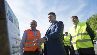 Владимир Гройсман во время инспекции строительства трассы в Киевской области