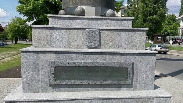 Неизвестные украли герб Украины с флагштока и звезду с братской могилы на проспекте Правды в Харькове