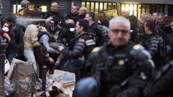 Полиция выдворила мигрантов из лицея в Париже