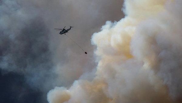 Людей вканадском Форт Мак-Мюррее заблокировал всеохватывающий огонь, перекрыто последнее шоссе