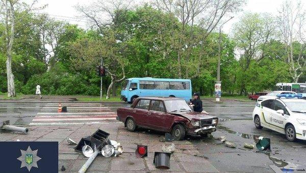 В Одессе легковой автомобиль ВАЗ-2107 вылетел на тротуар и сбила 4 пешеходов.