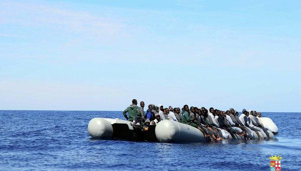 Мигранты в Средиземном море ожидают помощи ВМС Италии