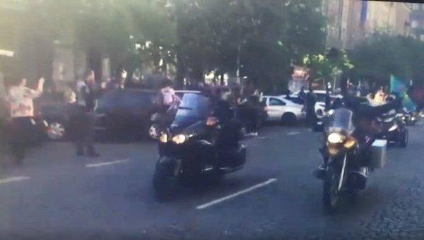 Ночных волков в Праге встретили флагами Украины и непристойными жестами