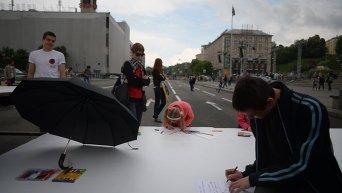Флэш-моб в Киеве: дети рисуют мир и победу