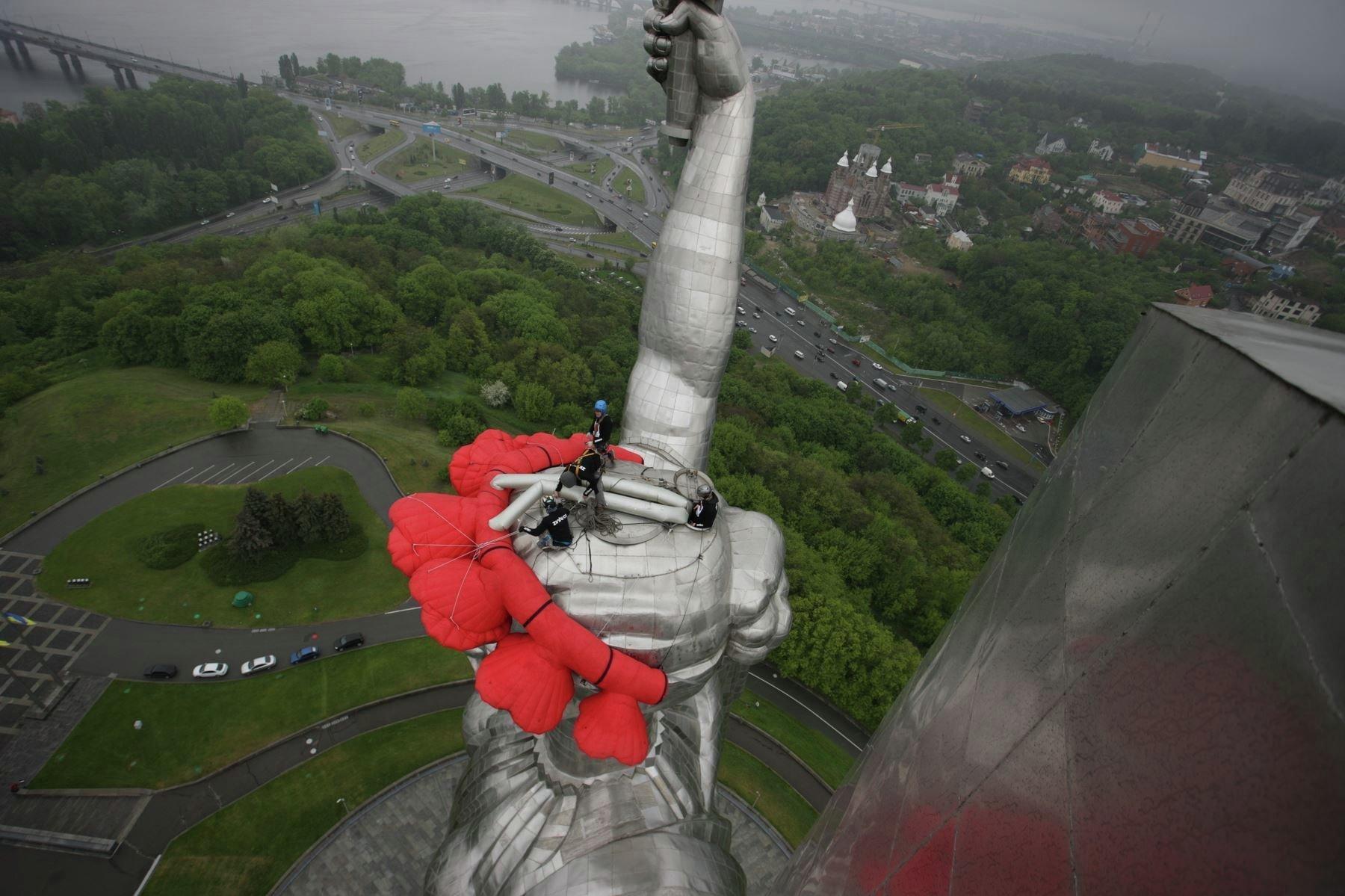 Снимки сделаны в мае текущего года, статуя наряжена надувным венком из полиэстера ко дню победы