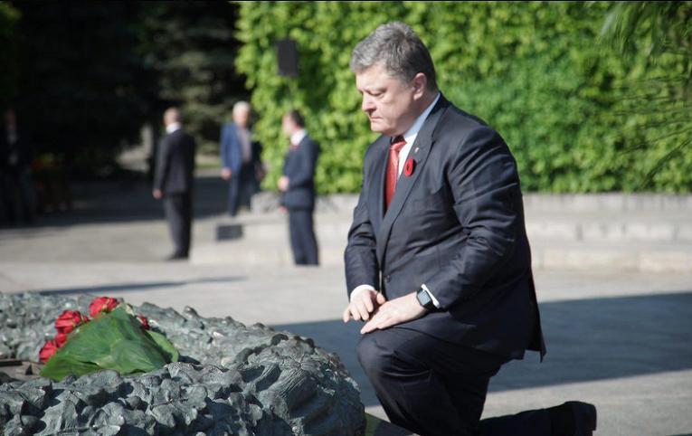 Петр Порошенко у могилы Неизвестного солдата в Киеве