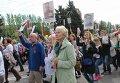 Участники акции Бессмертный полк во время шествия в Донецке.