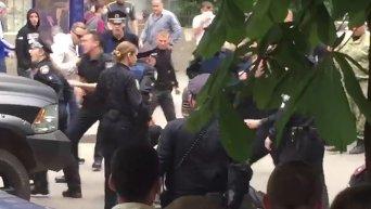 Нападение на полицейского в Харькове. Видео